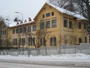 Seminaarinkadun suunnasta - kahvihuoneen ikkuna näkyy!