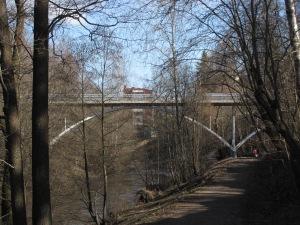 Kinakujan silta Tourujoen varresta nähtynä