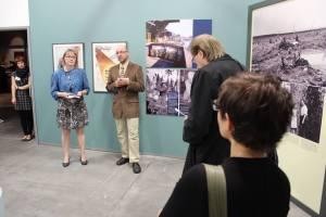 Pressitilaisuus on vakava asia. Minä ja Keijo esittelemässä kirjaa, takavasemmalla kustannustoimittajamme Atenasta. Kuva: Iina Wahlström.